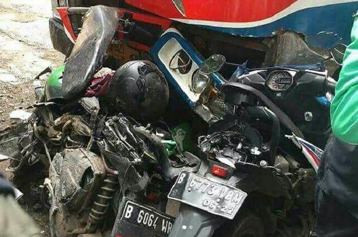 Dua motor ojek online hancur usai ditabrak Metromini di Kebayoran Lama, Jaksel.