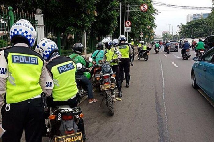 Ilustrasi Polisi melakukan tilang