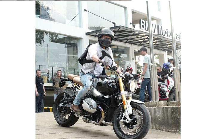 Penampilan Ariel Noah saat menunggangi motor BMW miliknya.