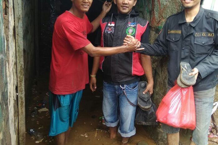 Anggota KCDJ memberikan bantuan makanan