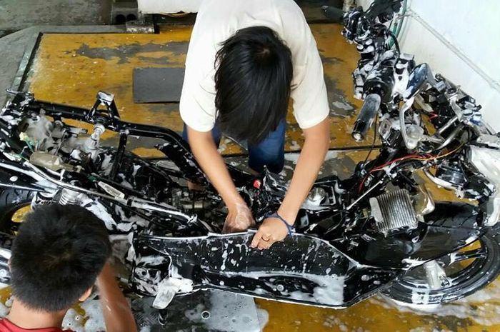 Ada dua hal yang haram dilakukan saat mencuci motor, ilustrasi cuci motor di Restomax
