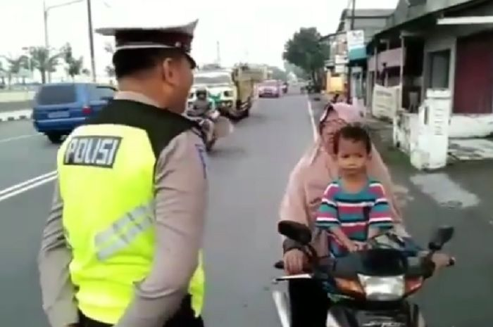 Emak-emak memarahi polisi karena enggak terima ditilang.