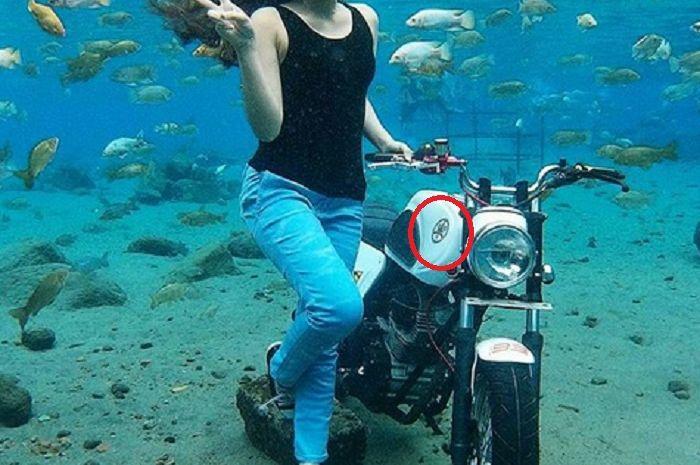 Via Vallen berpose dengan motor custom di dalam air