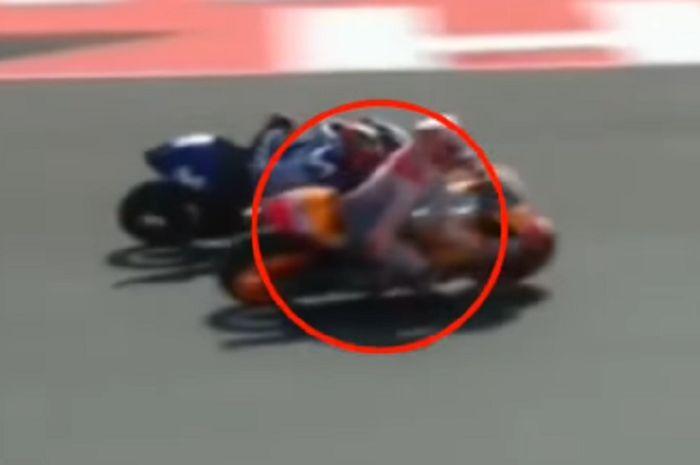 Marc Marquez berjalan melebar yang hampir menabrak Vinales