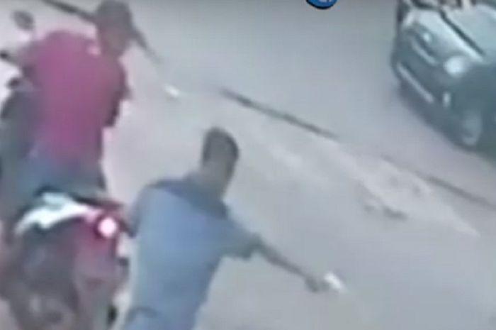 Seorang pemuda bisa lolos usai diberondong pistol oleh begal motor.