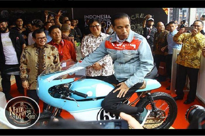 Presiden Jokowi saat berkunjung ke kemayoran, Jakarta naik cafe racer Honda CB125.