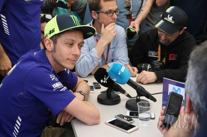 Valentino Rossi saat diwawancarai sebelum MotoGP 2018