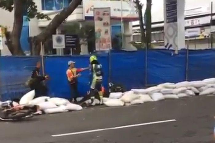 Seorang pembalap melempar ban bekas karena enggak terima disenggol.