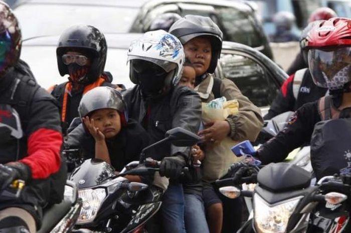Ilustrasi mudik menggunakan motor. Polisi Paksa 29.077 Pemotor yang Mudik Untuk Putar Balik