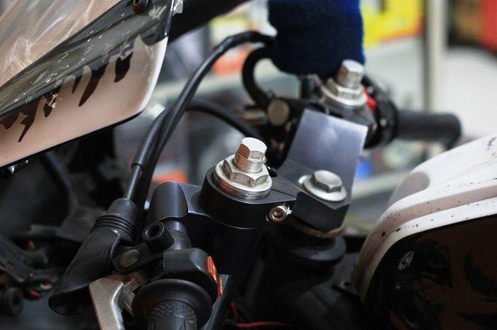 Suspensi depan bisa pasang preload adjuster untuk atur keras lembut
