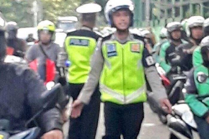 Polisi membubarkan driver ojol yang mangkal di stasiun Palmerah, Jakbar.