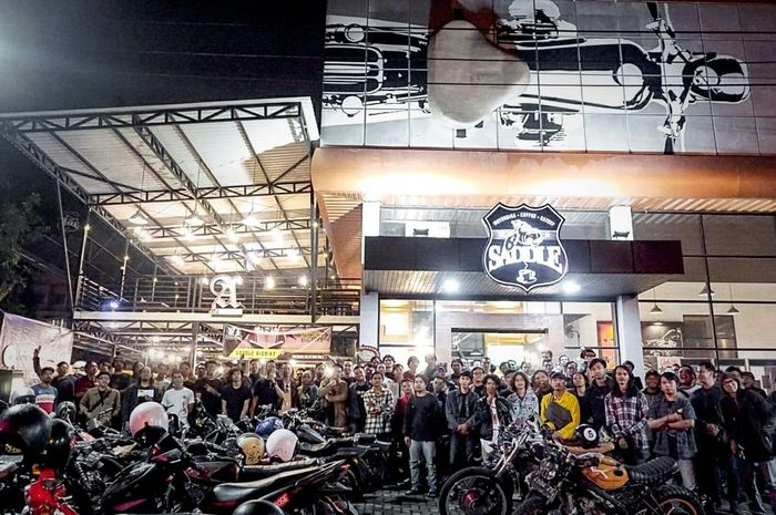Foto bersama peserta Friday On Wheels 'Sahur On The Road' sebelum pemberangkatan di Saddle Motorbike.