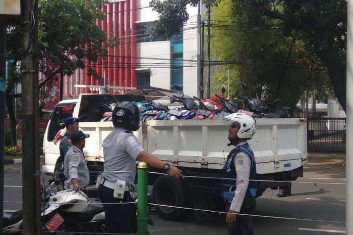 Sejumlah sepeda motor yang parkir di trotoar DPRD DKI di Jalan Kebun Sirih, Jakarta Pusat, diangkut