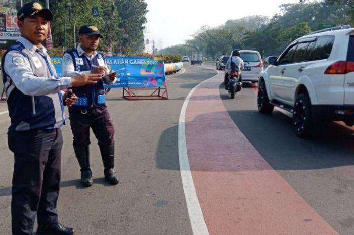 Petugas Dinas Perhubungan berjaga di area ganjil genap di Jalan Benyamin Sueb, Kemayoran, Senin (2/7