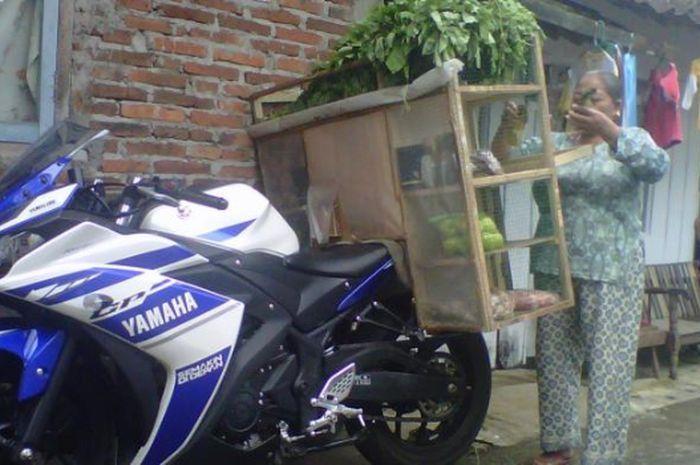 Tukang sayur berkeliling dengan motor Sport