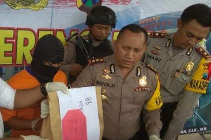 Polisi sita uang hasil pungli pembuatan SIM di Polres Kediri, Jatim.