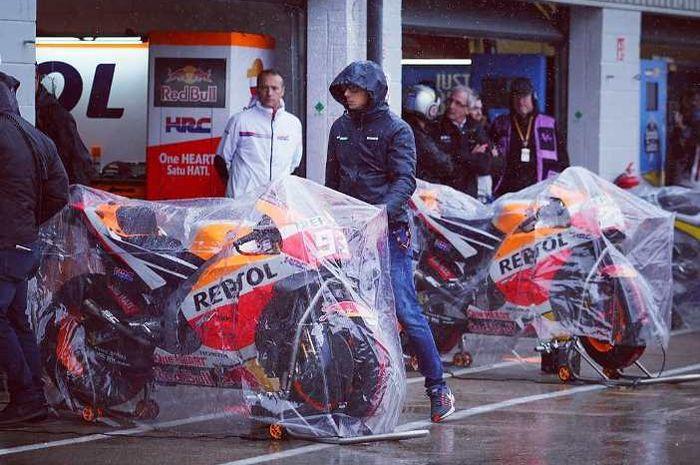 Garasi Repsol Honda di MotoGP Inggris 2018  saat diguyur hujan.