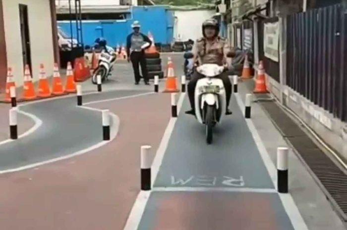 Bahkan seorang polisi harus lulus ujian SIM secara layak