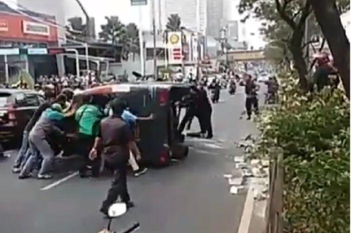 Mobil dinas tahanan Brimob terbalik di Depok, Jabar.