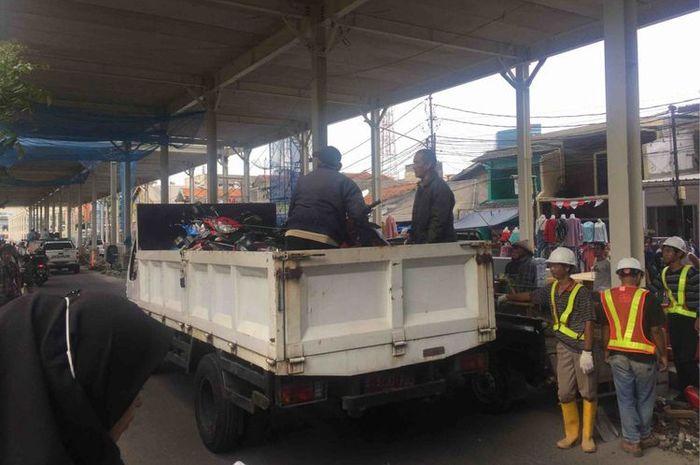 sejumlah motor diangkut paksa petugas Dishub karena nekat melintas dan parkir di Jl Jatibaru, Jakpus