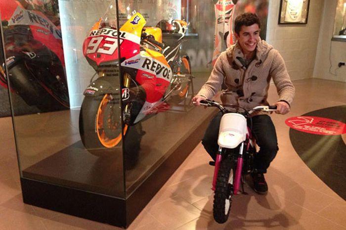 Marc Marquez dengan motor pertamanya Yamaha PW50 dan Honda RC213V
