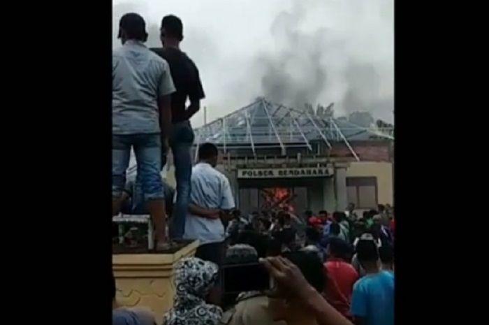 Polsek Bendahara Aceh Tamiang ludes dibakar massa.