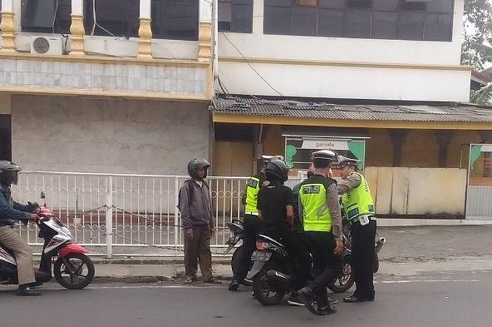 Polisi mengepung Yamaha Mio yang terobos barikade Operasi Zebra 2018