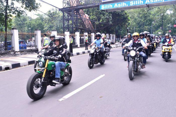 Presiden Jokowi menaiki motor custom-nya menghadiri deklarasi Jabar Kondusif.