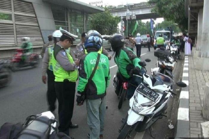 Sejumlah petugas Kepolisian saat melakukan razia ojek online di Stasiun Buaran, Senin (12/11).