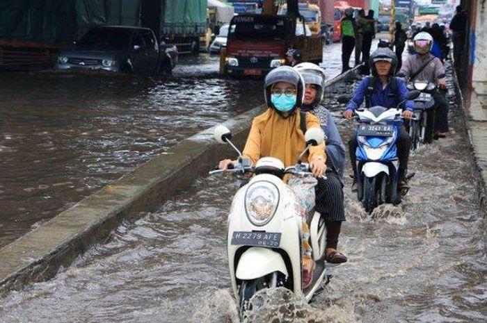 Banjir parah di Kota Semarang sempat lumpuhkan jalur Pantura