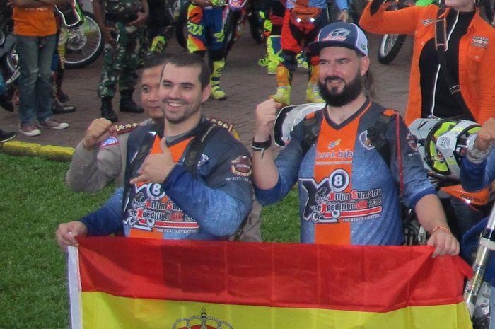 Peserta X8 dari Spanyol,  Chema Alonso (kiri) dan Chema Calleja